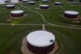Giá xăng dầu hôm nay 23/10: Dầu tiếp tục giảm do dự trữ tăng cao