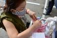 [Photostory] Người Đà Nẵng lần đầu dùng thẻ đi chợ vì dịch COVID-19