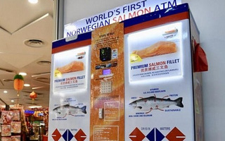 Máy ATM cá hồi đầu tiên trên thế giới xuất hiện ở Singapore